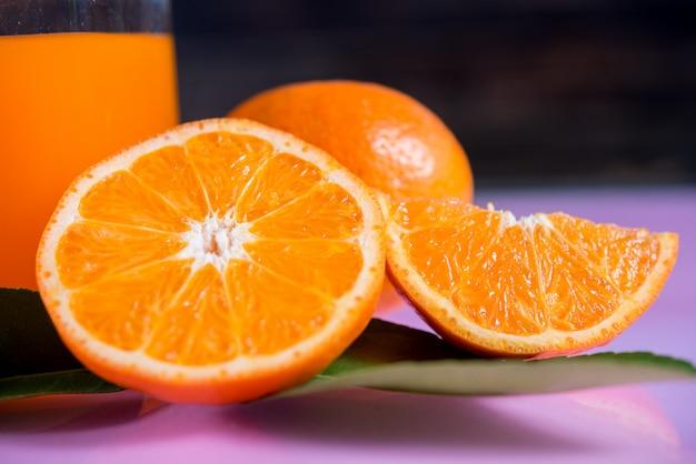 Naranja fresca con rodaja de naranja