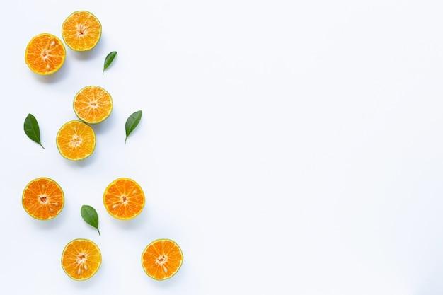 Naranja fresca sobre fondo blanco copyspace