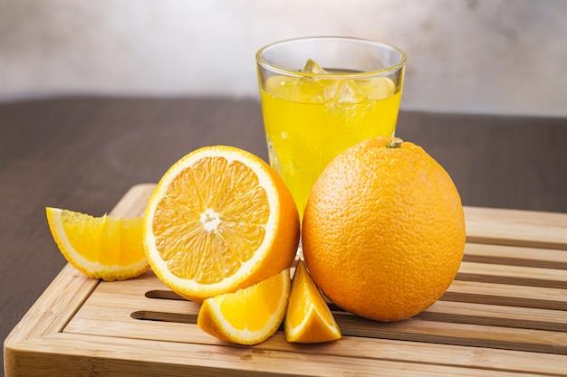 Naranja fruta cortada y con rodajas