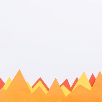 Naranja; gráficos triangulares amarillos y rojos sobre fondo blanco
