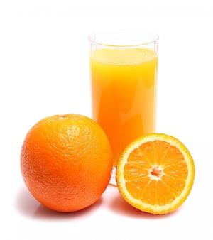 Naranja y jugo en vaso