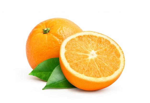Naranja natural valecia fruta con corte a la mitad y hojas verdes aisladas sobre fondo blanco.