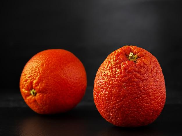 Naranja rojo siciliano ubicado sobre una superficie de piedra negra