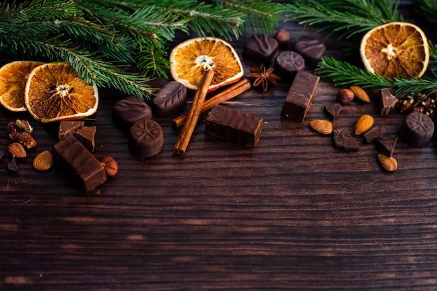 Naranja seca y hojas en fondo de madera
