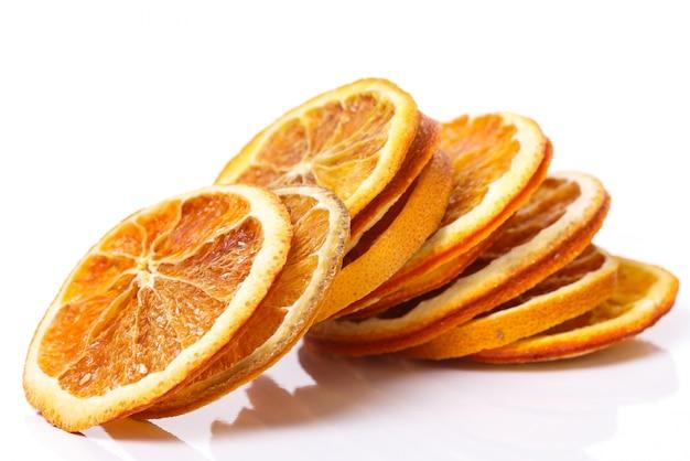 Naranja seca sobre la mesa