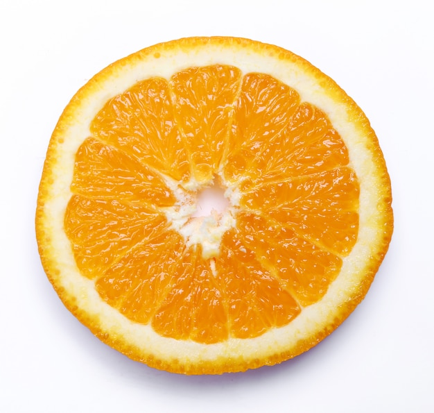 Naranja sobre blanco aislado