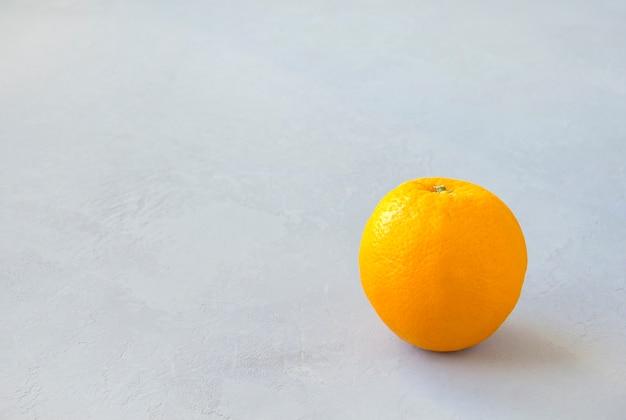 Naranja sobre gris