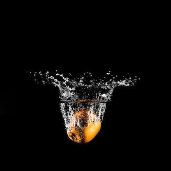 Naranja sumergiéndose en el agua