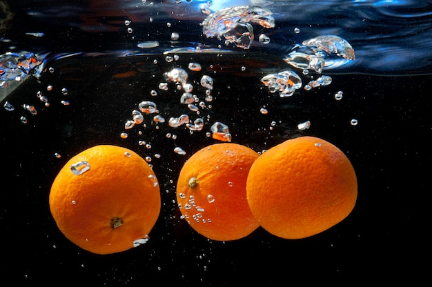 Naranjas en agua