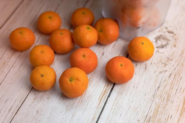 Naranjas chinas sobre tablero de madera de madera,