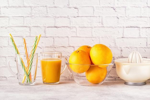 Naranjas y exprimidor para hacer zumo de naranja