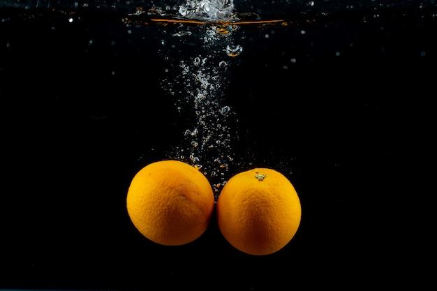 Naranjas frescas en el agua