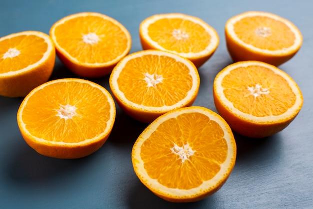 Naranjas frescas de alto ángulo en la mesa