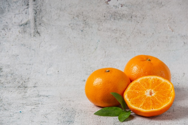 Naranjas frescas cortadas sobre un fondo blanco.