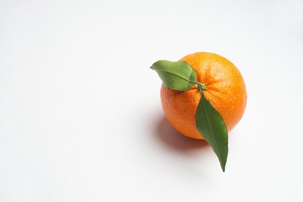 Naranjas frescas del jardín aislado fondo blanco
