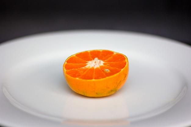 Naranjas frescas en rodajas en el plato