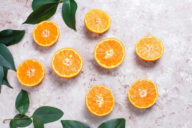 Naranjas frescas en superficie clara, vista superior
