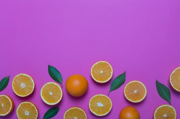Naranjas y hojas frescas