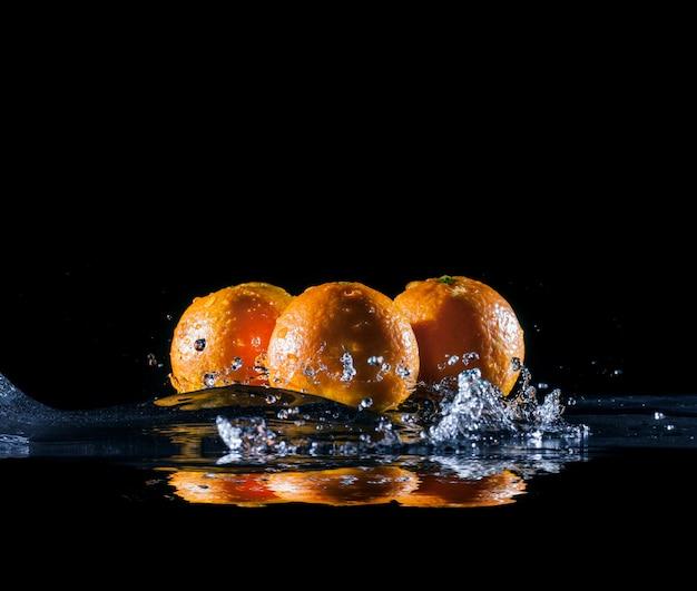 Naranjas maduras en agua