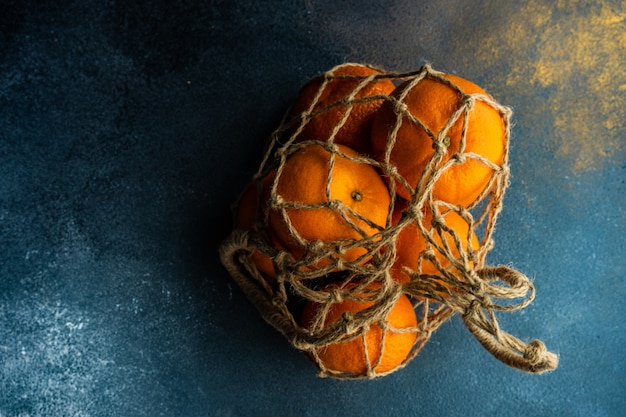 Naranjas orgánicas maduras en madera oscura