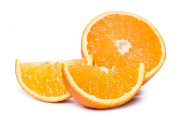 Naranjas en rodajas y enteras