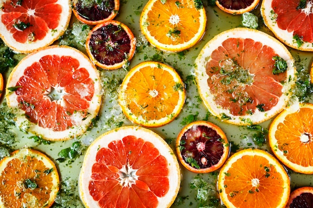 Naranjas rojas maduras y toronjas cortadas por anillos