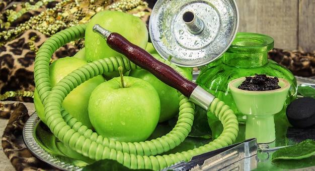 Narguile. sabor a tabaco de manzana verde. naturaleza.