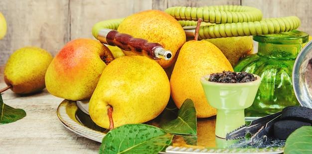 Narguile. sabor a tabaco de la pera. naturaleza de los alimentos.