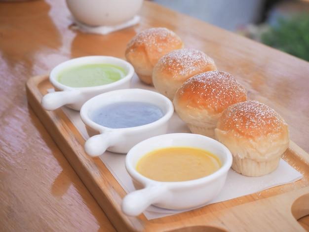 Natillas de pan con fondo de cafetería