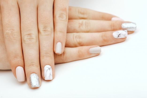 Uñas naturales, gel polaco. manicura limpia perfecta