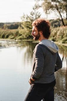 Naturaleza agua río tranquilo pacificación pensamientos relajarse concepto filosofía