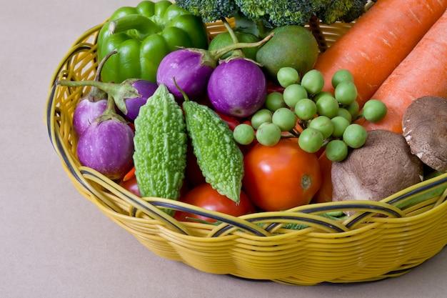 Naturaleza cesta de la cosecha de calabaza amarga del limón