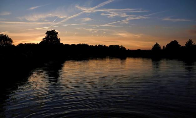 Naturaleza holandesa agua árboles puesta de sol