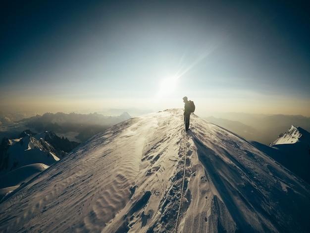 La naturaleza y el hombre. amantes en las montañas. extremo