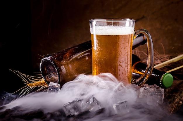 Naturaleza muerta con cerveza y cerveza de barril con hielo por copa
