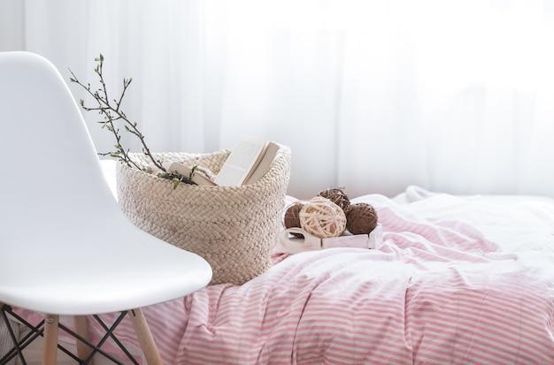 Naturaleza muerta con detalles de decoración del hogar en un acogedor interior de la habitación.