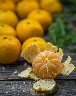 Naturaleza muerta con mandarinas y abeto en madera