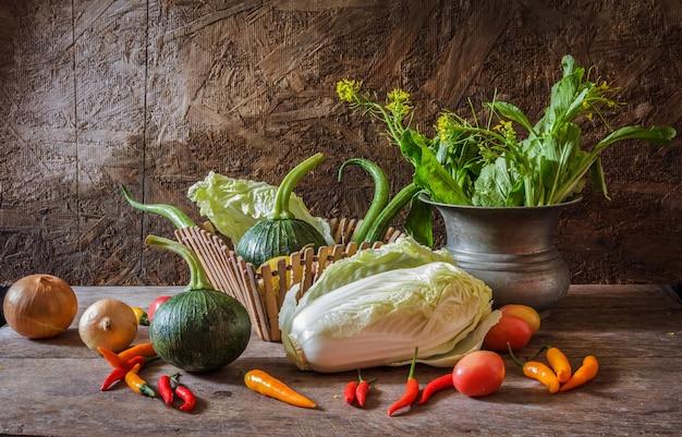 Naturaleza muerta vegetales, hierbas y frutas como ingredientes