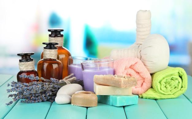 Naturaleza muerta con velas de lavanda, jabón, bolas de masaje, jabón y lavanda fresca