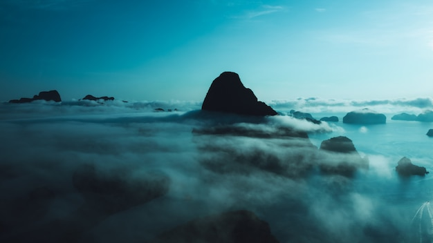 Naturaleza paisaje caliza y niebla cinemática estilo vista aérea