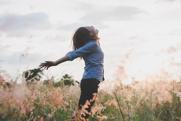 Naturaleza persona niña felicidad al aire libre