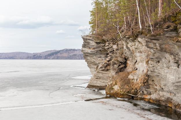 Naturaleza primaveral derritiendo hielo en ríos y lagos. día soleado en siberia.