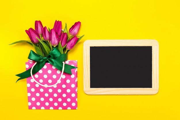 Flores Lilas Con Rosas Sobre Fondo: Fotos Y Vectores Gratis
