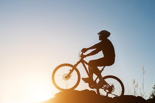 La naturaleza silueta carrera de fin de semana en bicicleta