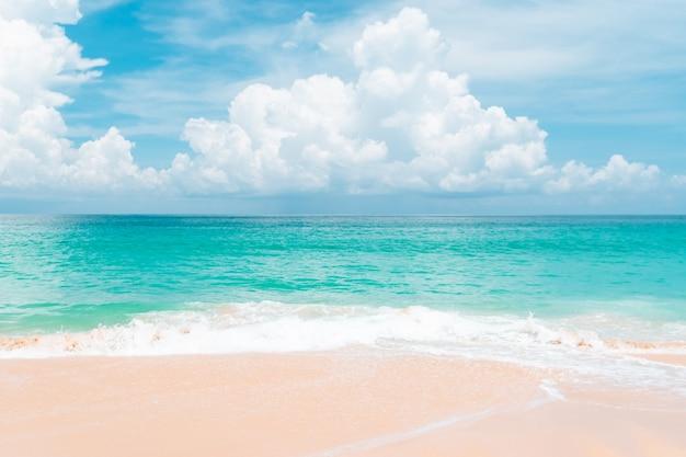 Naturaleza tropical playa limpia y arena blanca en verano con sol cielo azul claro y fondo bokeh.