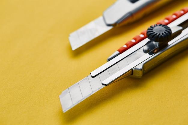 Navaja, cuchillo de construcción. instrumento de corte profesional, equipo de carpintero o constructor, cortador de cajas