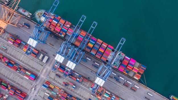 Nave de contenedores de carga y descarga en puerto de aguas profundas