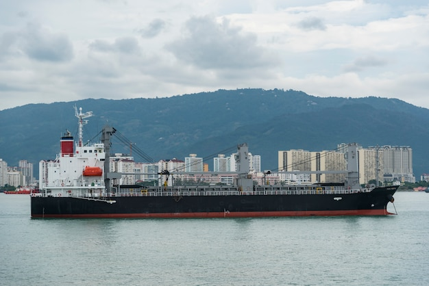 Nave de contenedores de carga navegando