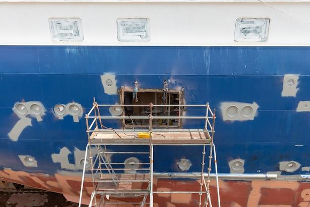 Nave en dique seco en el patio de reparación de barcos