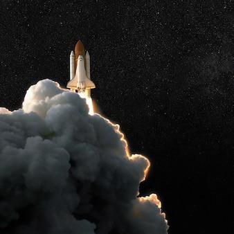 Nave espacial cohete y cielo estrellado con nubes de humo